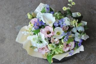 野の花屋 淡い洋花お供えアレンジメント