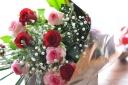 赤とピンクのバラのクラシックな花束