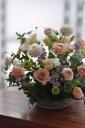 バラと季節花のアレンジメント