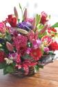 赤いバラと季節花のアレンジメント