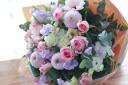 ピンクのバラと季節花のハナタバ