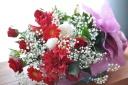 赤系のお花とかすみ草の艶やかな花束