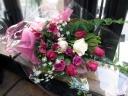 ダークピンクのおしゃれなバラの花束