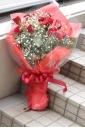 赤バラとかすみ草花束