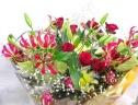 バラとユリの豪華な花束