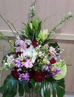 バラと蘭とユリの豪華なアレンジメント with-271