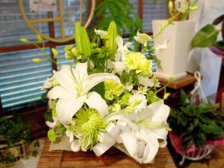 白・グリーン☆洋花でまとめたお悔やみアレンジ