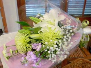 優しい色合いのお悔やみ用花束