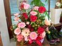レッド&ピンクのバラがメインの華やかアレンジメント