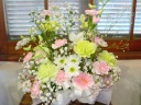白と淡いピンクの洋花アレンジメント