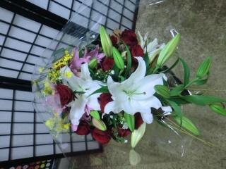 先生お任せ・バラとユリの豪華な花束です。