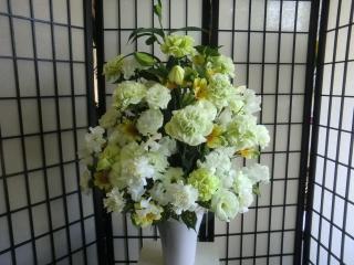 先生お任せ・床置き花器お祝いアレンジメントです。
