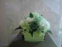 グリーン系のバラをメインに華やかにお作りしました。