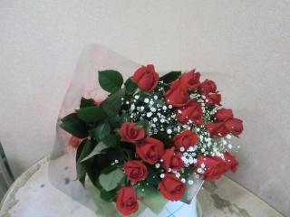 赤バラとカスミソウの華やかな花束です。