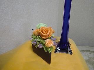 花瓶付き暖色系バラアレンジです。