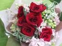 赤バラと季節のお花のブーケ
