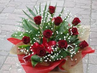 素敵な方へ贈る赤いバラとかすみ草のアレンジメント