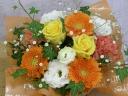 黄色いバラとオレンジのガーベラのアレンジメント