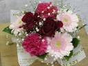 真っ赤なバラとピンクのガーベラのアレンジメント