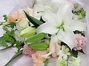 ゆりと淡いピンクの花のメモリアルブーケ