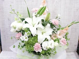 ゆりと淡いピンクの花のスペシャルアレンジメント