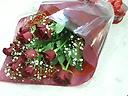 1ダースの赤いバラとふんわりかすみ草のブーケ