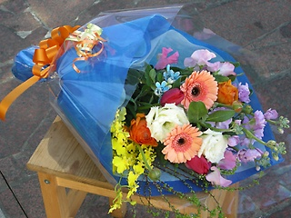 色とりどりの季節の花束