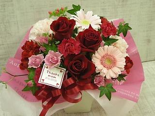 母の日に贈る赤やピンクのアレンジメント
