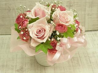 バラとかすみ草のアレンジメント?ピンク?