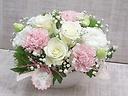母の日アレンジメント~白にほんのりピンクのカーネ~