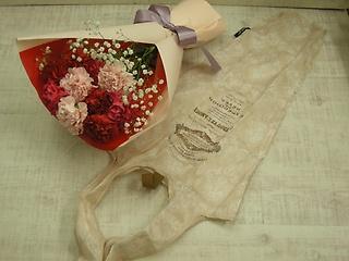 母の日の花束 赤とピンク?バックを添えて?