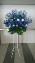 青いバラのスタンド花