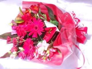 レッド系で華やかな「サブリナ・ルビー」  花束