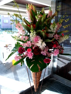 お急ぎのご注文OK!華やかなレッド系コーンタンド花