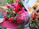 豪華な贈り物「ユリと赤バラ」