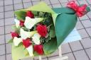 ホワイトカラーと赤バラの花束