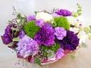 幸せ願う紫色のカーネーション・ムーンダストアレンジ