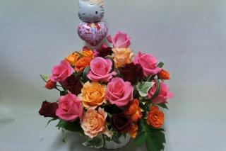 【キティちゃんバルーン付きバラいっぱいのアレンジ】