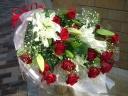 白ユリと赤バラの花束