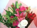 ユリと赤いバラの花束