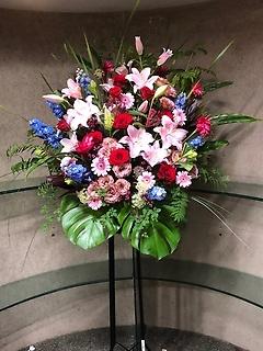 華やかなミックススタンド花