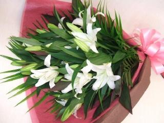白い大輪百合の豪華な花束