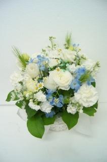 白とやさしいブルーの おしゃれなアレンジメント