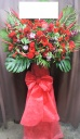 赤でまとめたゴージャススタンド花