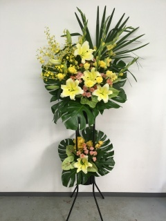 148 黄色ユリ・バラ オンシ スタンド花