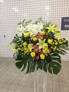 1101 白・黄ユリ バラ W×Y スタンド花1段