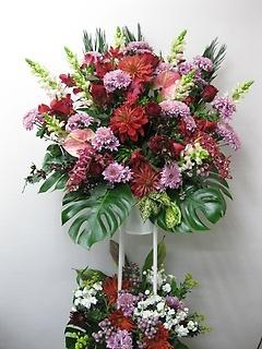 赤を基調とした華やかなスタンド花!