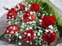 やっぱり人気!赤バラとカスミソウのシンプルブーケ