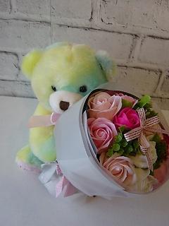 パステルカラーのクマさんが香りのお花をお届けします
