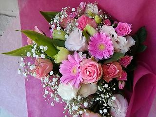 バラとガーベラの華やかなピンクの花束